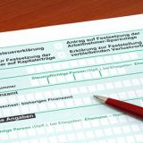 Deutsches Formular zur Einkommensteuererklaerung / German tax form in front of a white background